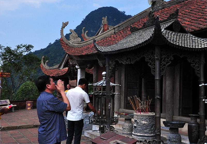 Đến Yên Tử mùa này, du khách cảm nhận được sự thư thái, dễ dàng thắp hương, chiêm bái, không còn cảnh đông đúc, chen lấn như mùa lễ hội.