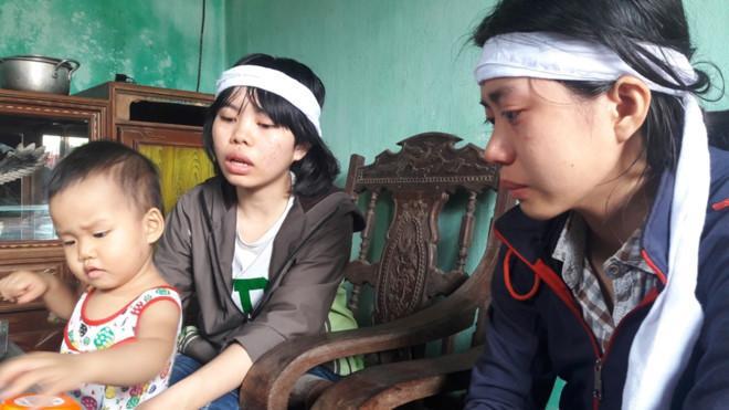 Nguyễn Thị Sáng cùng hai em của mình đang nương nhờ tại nhà cậu ruột ở Hà Tĩnh. Sáng và các em là Đại sứ đặc biệt của Chương trình Mottainai 2017 góp phần lan tỏa thông điệp nhân văn vì nạn nhân tai nạn giao thông. Ảnh: Phạm Trường.