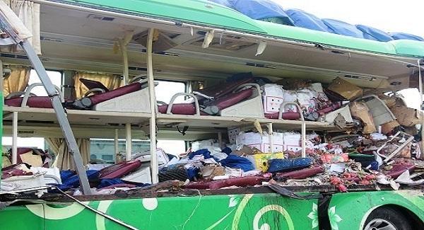 Chiếc xe giường nằm mang BKS 75B-001.01 do ông Nguyễn Long Hồ (SN 1973, trú 6/256 đường Tăng Bạt Hổ, phường Phú Nhuận, TP Huế, tỉnh Thừa Thiên-Huế) điều khiển theo hướng Nam-Bắc. Ảnh: Dân Trí