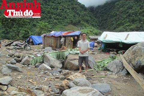 Anh Cà Văn Uẩn đứng ở vị trí trước đây là nhà anh. Giờ tất cả đã bị xóa sạch dấu vết