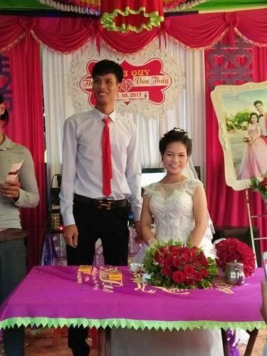 Cô dâu chú rể cười hạnh phúc. Ảnh: Facebook Hoàng Sơn