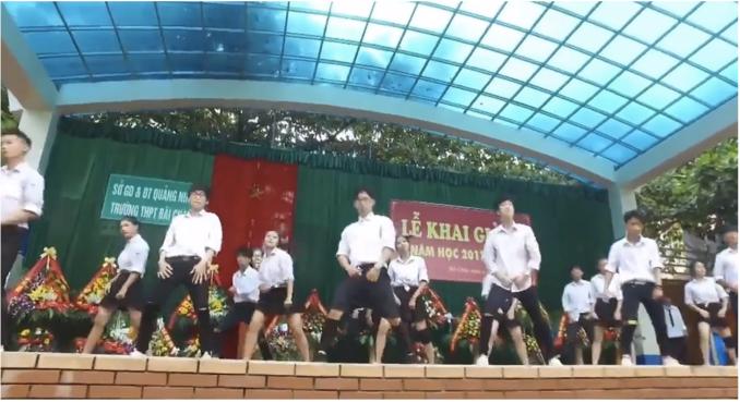 Mãn vũ đạo rất công phu của các bạn học sinh. (Ảnh cắt từ clip)