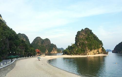 Bãi tắm Lương Ngọc với không gian yên tĩnh, bầu không khí trong lành giữa lòng thành phố Cẩm Phả
