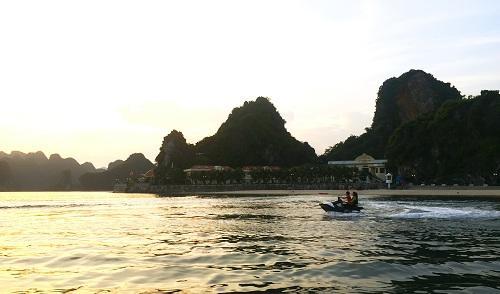 Du khách có thể thuê xuồng cao tốc, mô tô nước để trải nghiệm cảm giác mới lạ trên những con sóng