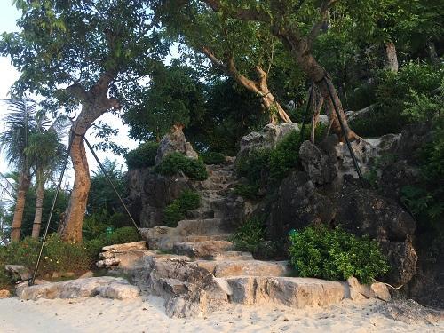 Những bậc đá dẫn lên núi đá được sắp xếp một cách tự nhiên