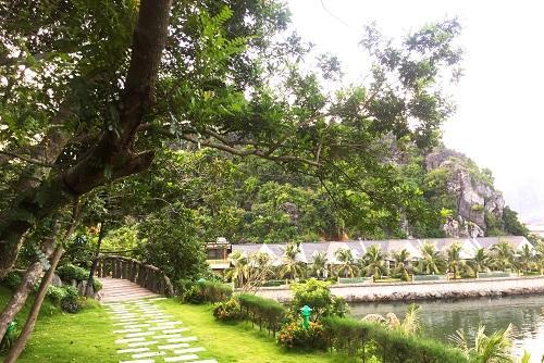 Dọc đường lên núi đá được thiết kế khá đẹp mắt với rất nhiều cây cối, hoa cỏ tạo cảm giác khoáng đạt và trong lành