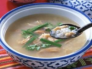 Canh hà Quảng Yên: Một đặc sản Quảng Ninh khá ngon là con hà. Canh hà Quảng Yên, đặc biệt là giống hà cồn sống ở sông Chanh đem nấu canh chua ăn ngon và có cả bốn mùa, nhưng ngon nhất là dùng trong những ngày hè. Ngoài ra, bạn có thể ăn món hà tẩm bột rán, khá ngon và lạ miệng. Ảnh: Dulichhalong123.