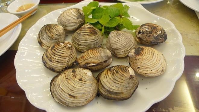 Con ngán: Ngán là loài hải sản rất phổ biển ở vùng biển Quảng Ninh. Phần thịt ngán béo ngọt, nước ngán lại thơm bổ dưỡng. Ngán có thể chế biến được nhiều món như: Nướng, hấp, nấu cháo, xào với mì hay rau cải. Và đặc biệt là món rượu ngán ngon trứ danh mà bất kỳ du khách nam nào cũng nên uống thử. Ảnh: Danviet.