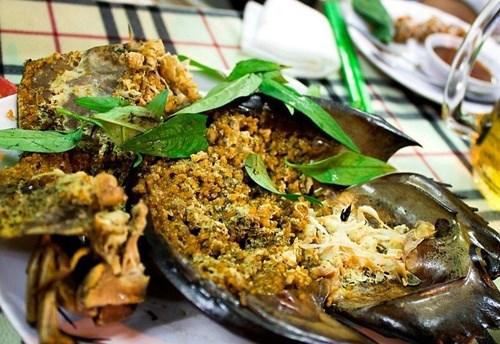 Sam biển: Đây là một loài món ngon nổi tiếng của Quảng Ninh. Từ sam biển, người ta có thể chế biến ra được rất nhiều món ăn ngon và lạ khác nhau như: Tiết canh sam, gỏi sam, chân sam xào chua ngọt, sam xào xả ớt, trứng sam chiên giòn, trứng sam xào lá lốt, sam hấp, sam bao bột rán, sụn sam nướng, sam xào miến…Ảnh: Halongtravelguide.