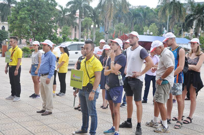 Các đại biểu và du khách tham gia tour du lịch đi bộ.