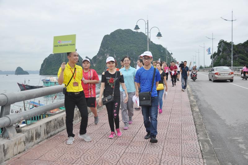 Du khách đi bộ trên đường bao biển Hạ Long.