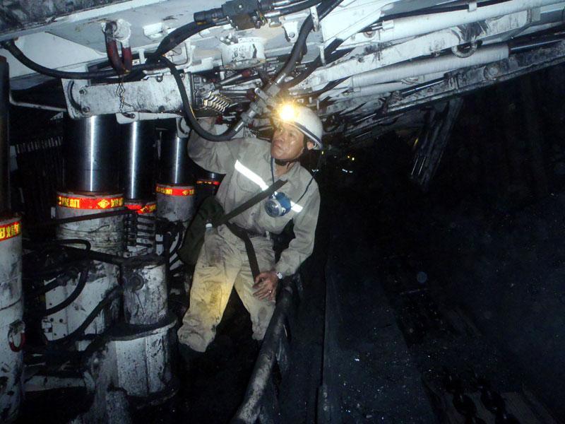 Thợ mỏ Khe Chàm trong ca sản xuất (ảnh Báo QN)