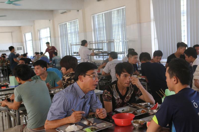 Ông Đoàn Văn Kiển - nguyên Tổng Giám đốc TKV cùng ăn cơm với thợ mỏ trước giờ vào ca.