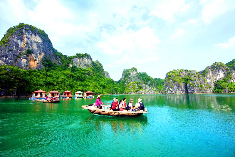 Du khách tới Vung Viêng có thể đi thuyền nan tham quan một vòng, nghe những câu chuyện kể hấp dẫn về làng chài Vung Viêng xưa.