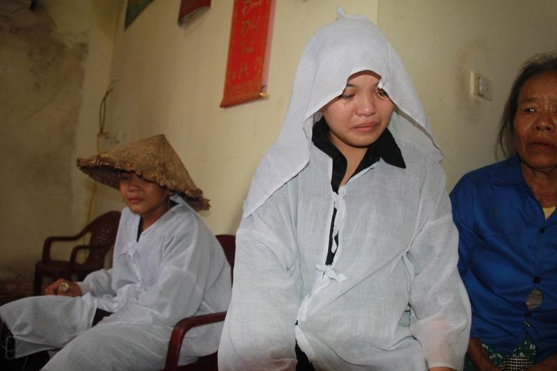 Mất cha mẹ, tương lai của Ninh và 2 anh chị mịt mù khi không nơi nương tựa.