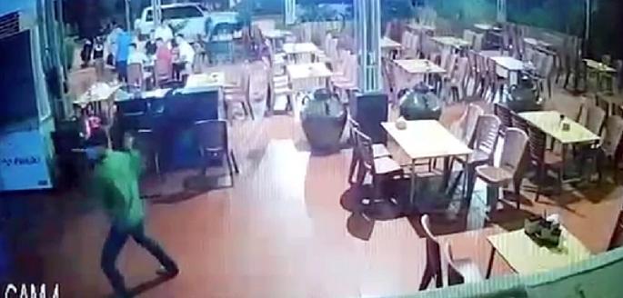 Các đối tượng truy sát anh Nghĩa và anh Hà (trích từ camera an ninh nhà hàng)