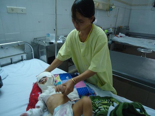 Bố mẹ nghèo không có khả năng chạy chữa cho con