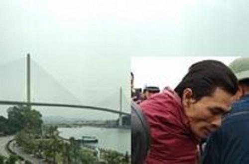 Người đàn ông (mặc áo mưa đỏ) đã may mắn được người dân cứu sống khi nhảy từ cầu Bãi Cháy. Ảnh: báo Pháp luật Plus