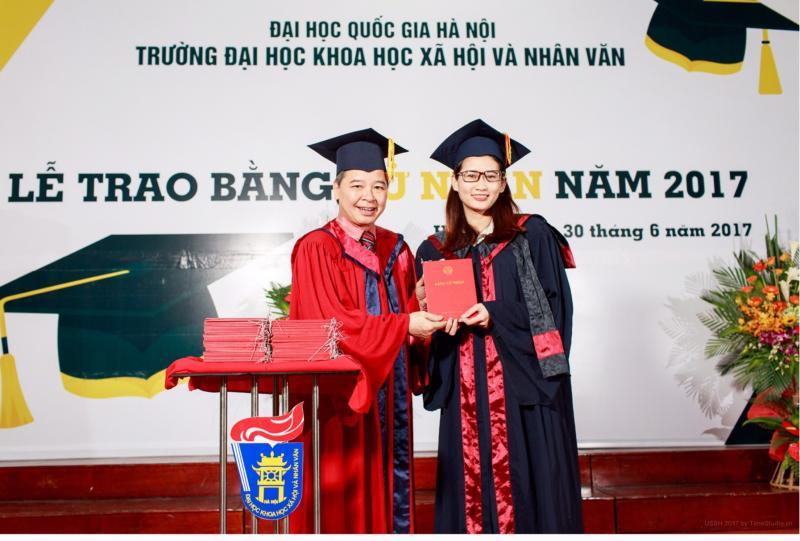Đặng Thu Hòa nhận Bằng tốt nghiệp năm 2017.