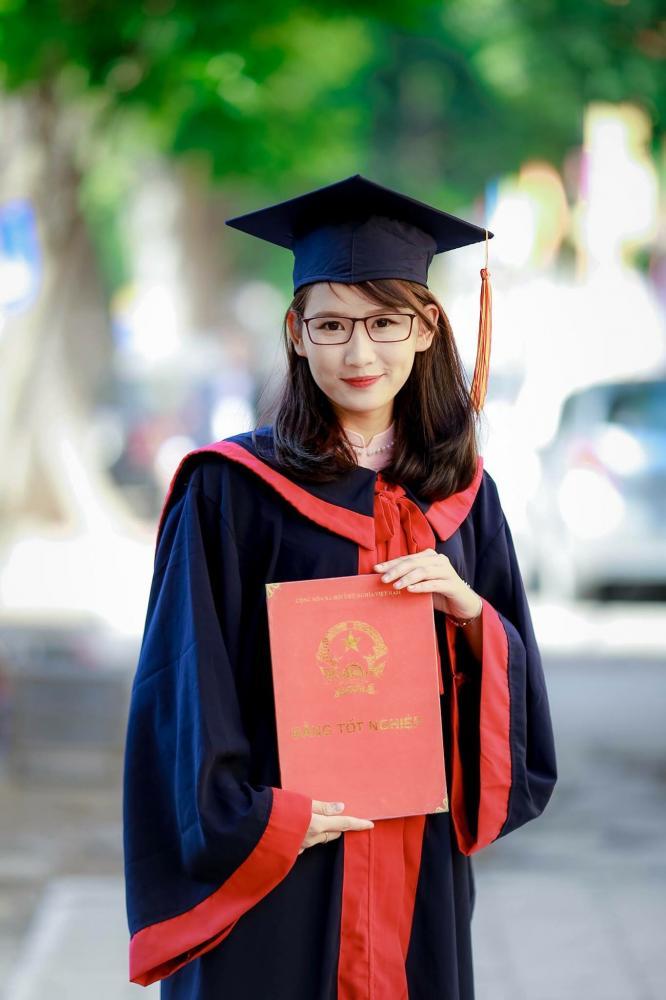 Đặng Thu Hòa là thủ khoa tốt nghiệp toàn khóa năm 2017 của Trường Đại học Khoa học Xã hội và Nhân văn, Đại học Quốc gia Hà Nội.