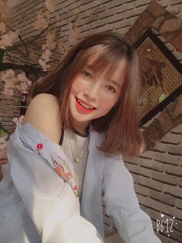 Lê Thùy Trinh sở hữu một làn da trắng hồng, một đôi mắt dễ thương rất thu hút và đặc trưng cùng sống mũi cao thẳng, nữ sinh 10X này tạo sự khác biệt với hàng ngàn cô nàng hot girl mạng xã hội khác chính là chiếc răng khểnh dễ thương của mình.