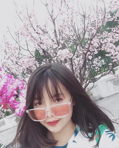 Còn về phía cộng đồng mạng, họ khá vui vẻ với Thùy Trinh, bởi cô bạn này trả lời bất kỳ câu hỏi gì liên quan đến mình. Mỗi nhắn tin trả lời đều được nữ sinh 10X Quảng Ninh trả lời rất nhiệt tình và có tâm.