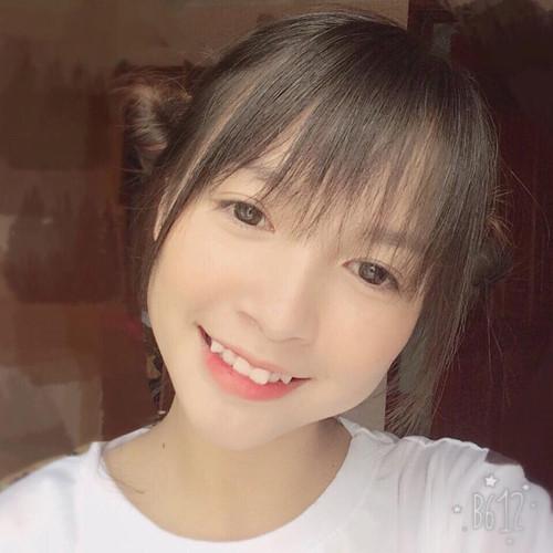 Trắng trẻo, khuôn mặt ưa nhìn và đặc biệt là sở hữu nụ cười chết người với chiếc răng khểnh đáng yêu, nữ sinh 10X Quảng Ninh đã trở thành tâm điểm chú ý trên mạng xã hội những ngày vừa qua. Nhiều người còn gọi cô bạn này bằng cái tên