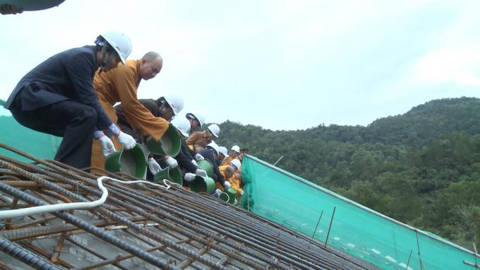 Các Đại biểu tham gia cất nóc Cung trúc Lâm Yên Tử.