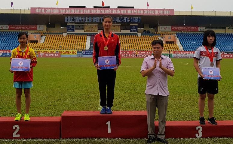 Lê Thị Thanh Quỳnh (giữa) xuất sắc giành 2 HCV môn Việt dã tại Đại hội TDTT tỉnh Quảng Ninh lần thứ VIII.