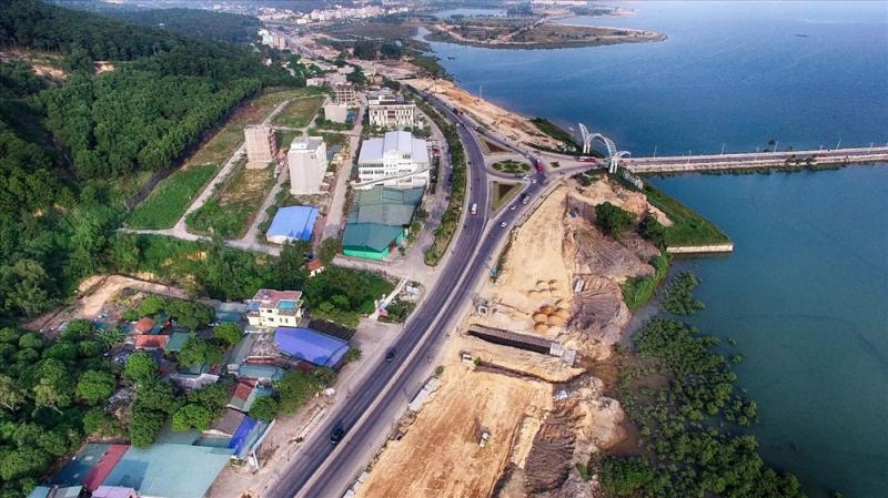 Ảnh 2: Tuyến đường 10 làn xe, được mở rộng trên cơ sở đường cũ, từ Đại Yên, qua cổng vào Tuần Châu, tới đường Hoàng Quốc Việt, Khu du lịch Bãi Cháy.