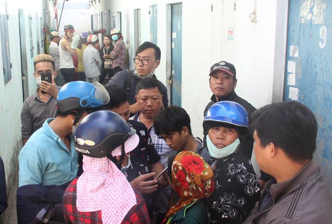 Rất đông người dân hiếu kỳ tìm đến nhà nạn nhân. Ảnh: Lê Trai.