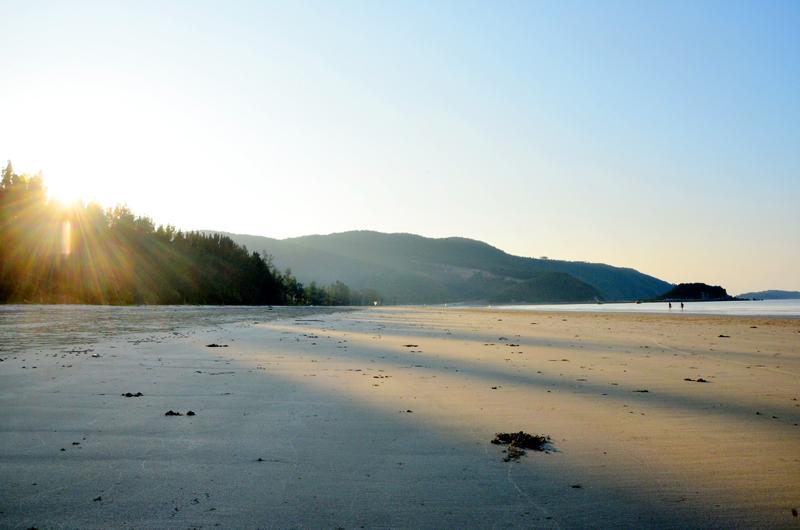 Dậy sớm đón những tia nắng đầu tiên của ngày mới ló rạng trên bãi biển Trường Chinh là một trải nghiệm thú vị.