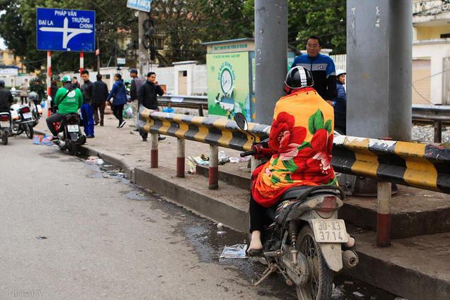 Nhiều người ra đường phải trang bị đầy đủ áo khoác, khăn len, hay thậm chí là khoác cả chăn bông để đối phó lại với cái lạnh. Ảnh: Thời đại