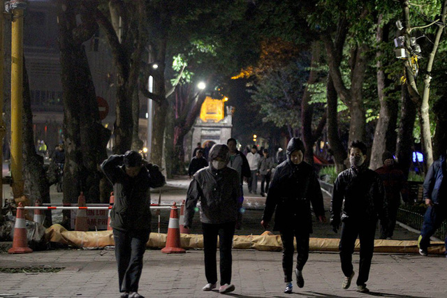 Thế nhưng, từ 4-5h sáng, tại khu vực bờ hồ Hoàn Kiếm, rất nhiều người vẫn có mặt tập thể dục, mặc cho gió thổi mạnh kèm theo mưa phùn. Ảnh: Vietnamnet