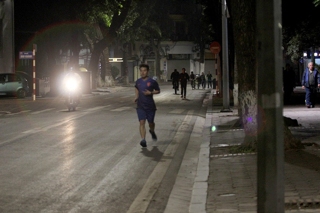 Người thanh niên này vẫn mặc bộ đồ thể thao mùa hè để luyện tập trong tiết trời giá rét. Ảnh: Vietnamnet