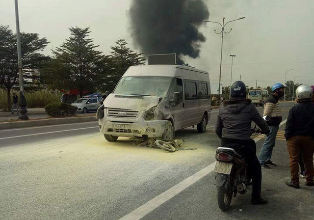 Chiếc xe máy nạn nhân dính chặt vào đầu ô tô và bốc cháy. Ảnh: Bạn đọc cung cấp