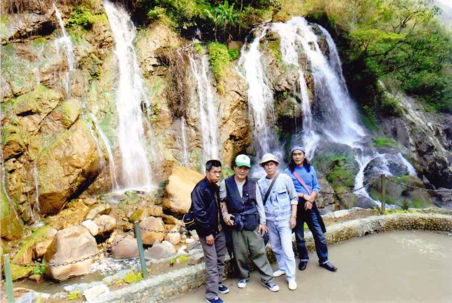 Nguyễn Viết Quang (ngoài cùng, bên phải) trong một chuyến sáng tác tại Lào Cai  cùng nhóm mỹ thuật của tỉnh Quảng Ninh.