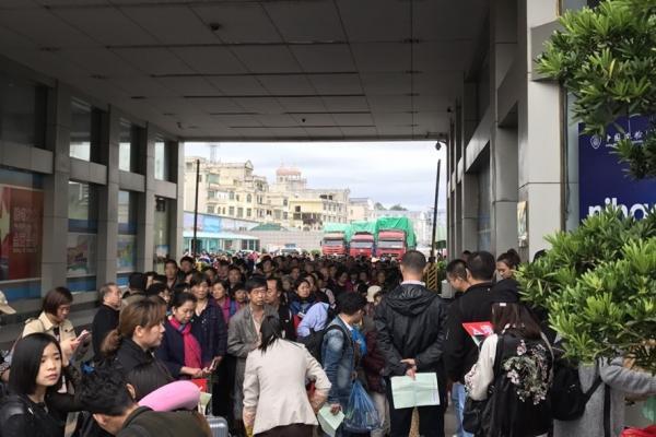Lượng khách Trung Quốc qua cửa khẩu Móng Cái hiện có ngày lên tới vài ngàn người. Ảnh: Nguyễn Hùng