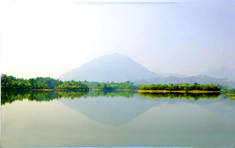 Cảnh đẹp hồ trên núi Trúc Bài Sơn. Ảnh: Văn Chãi