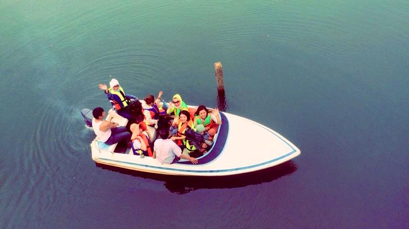 Du khách tham quan, ngắm cảnh hồ Trúc Bài Sơn.