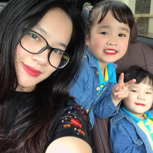 Chị Trang và 2 con gái.