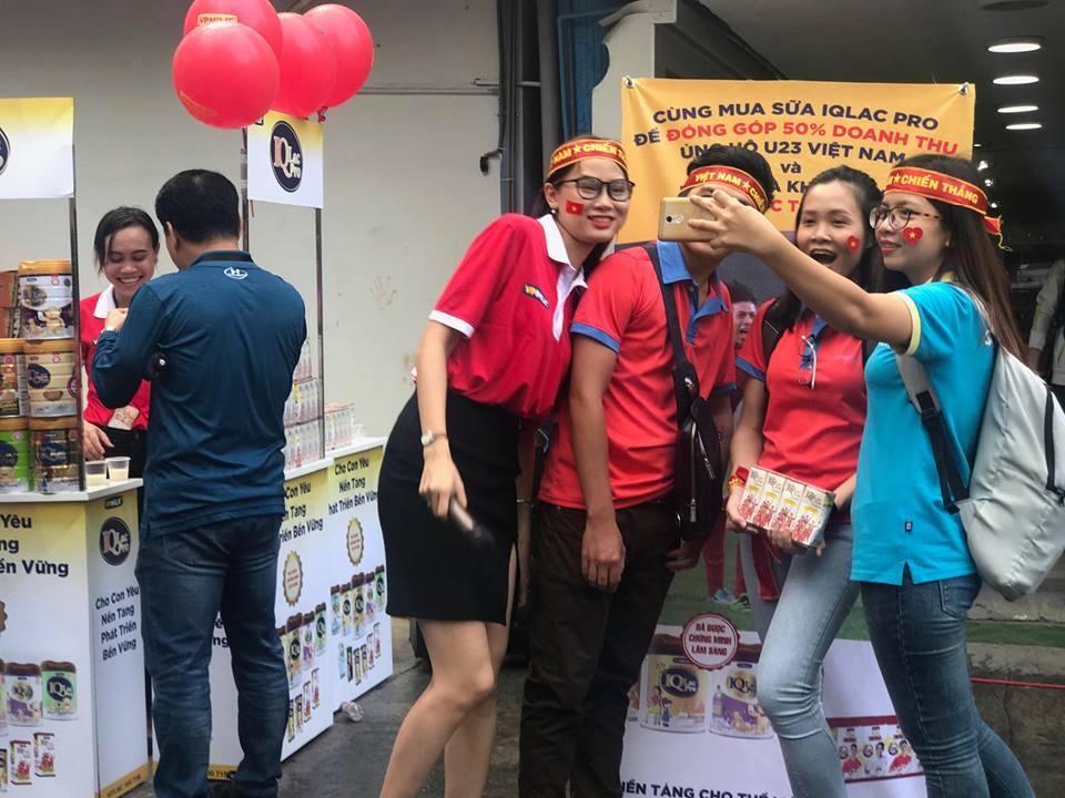 CĐV Việt Nam nhí nhảnh ủng hộ thầy trò Park Hang Seo