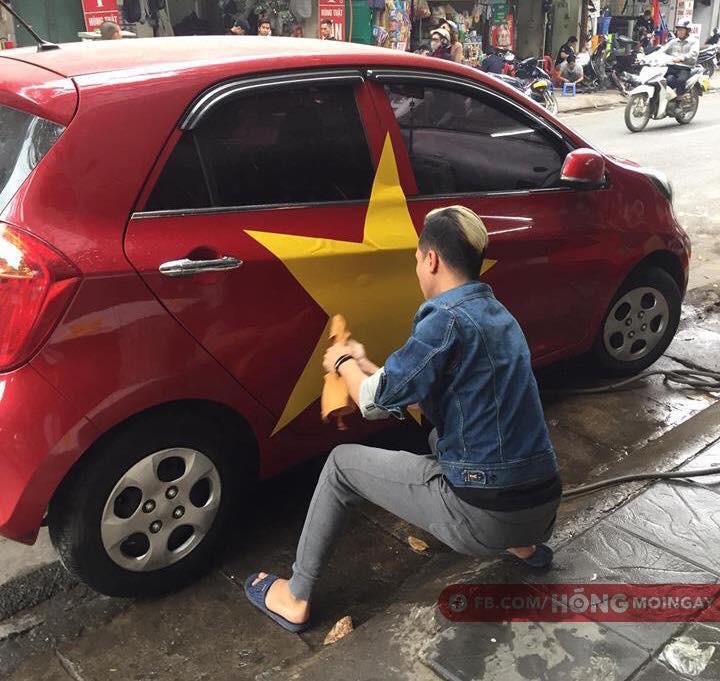 Chiếc xe ô tô màu đỏ chỉ cần thêm ngôi sao vàng là sẵn sàng xuống phố.