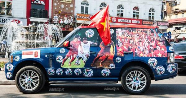Hình ảnh chiếc xe được trang trí bằng decal, hình in đội tuyển U23 và dàn cờ tổ quốc cổ vũ