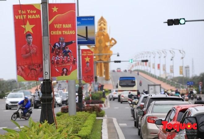 Đường phố Đà Nẵng rực rỡ trước giờ trận chung kết lịch sử giữa hai đội tuyển U23 Việt Nam - U23 Uzbekistan khai màn.