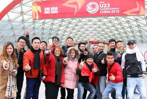 Cổ động viên với cờ Tổ quốc sẵn sàng cổ vũ cho tuyển U23 Việt Nam trong trận chung kết