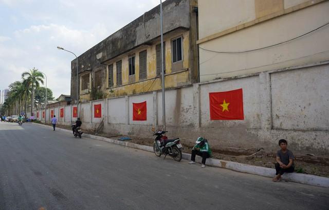 Một đoạn phố kế bên cũng xuất hiện những lá cờ Tổ quốc để thể hiện tinh thần ủng hộ đội nhà.