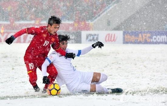 Một lần nữa Quang Hải lại sắm vai người hùng với quả sút phạt gián tiếp tuyệt đẹp khiến thủ thành đối phương phải vào lưới nhặt bóng.