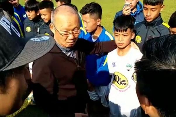 HLV Park Hang Seo và Trần Gia Huy (Ảnh: VTC News)
