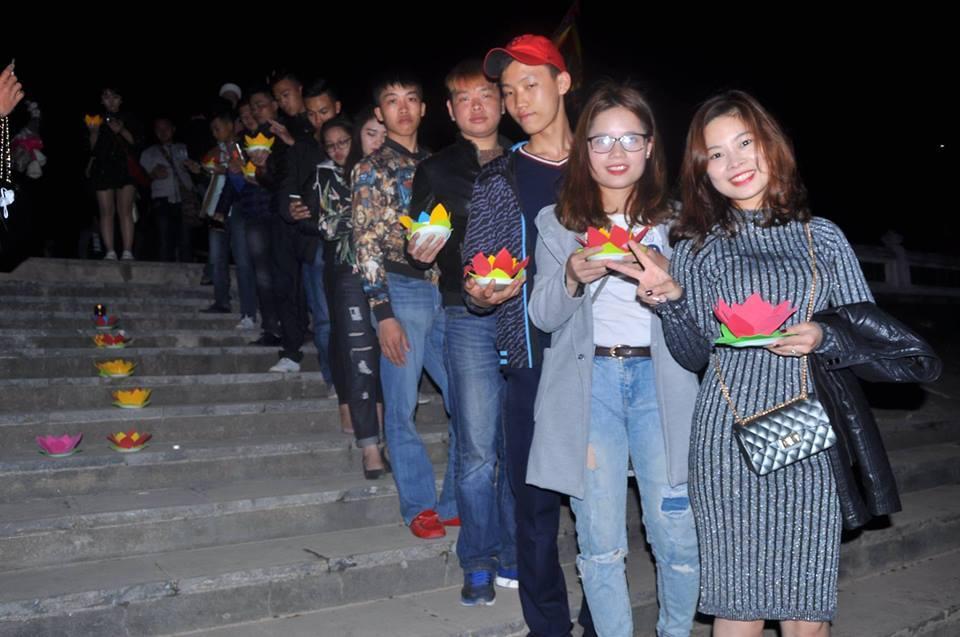Các bạn trẻ tới Đại Lễ để cầu bình an cho năm mới